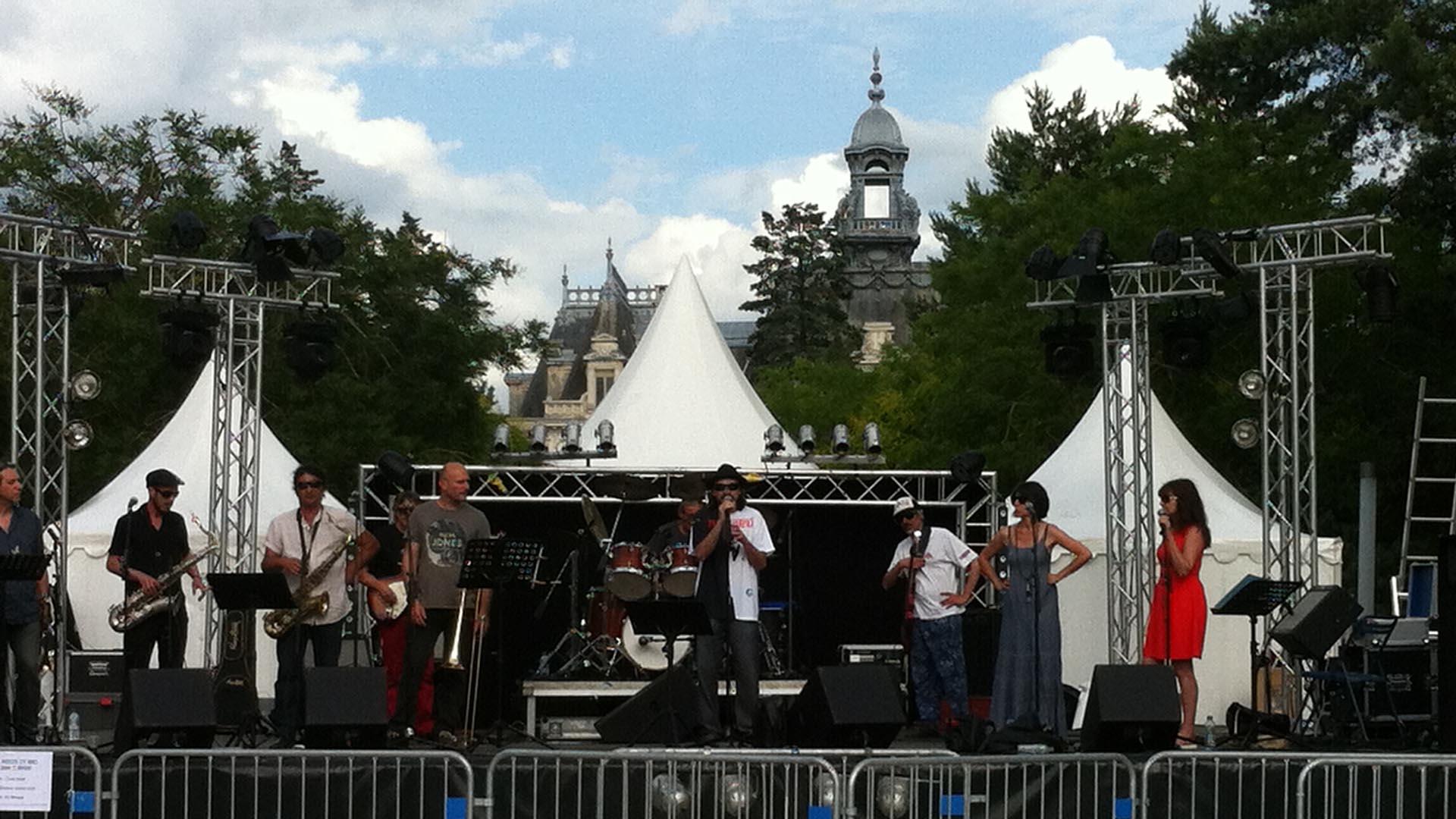 Scène équipée pour la fête de la musique à Vichy